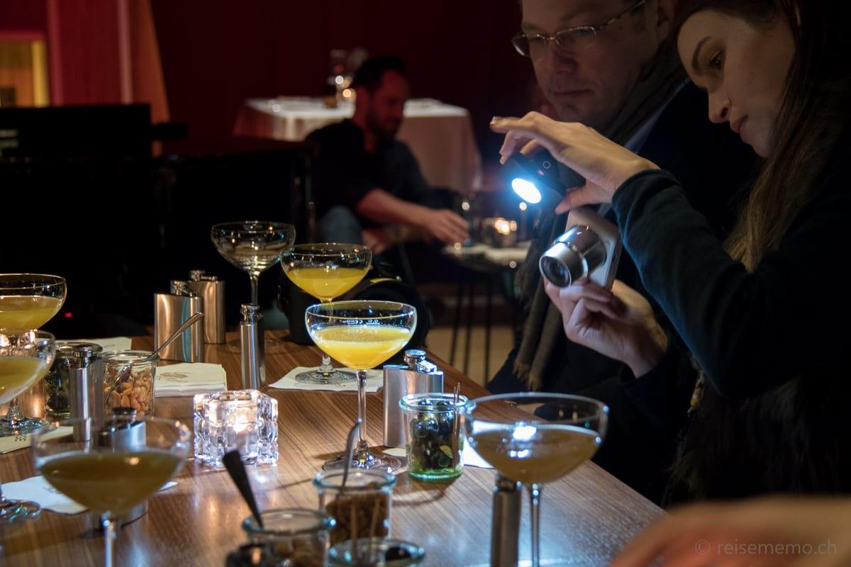 Food-Blogger David Schnapp und Sylwina beim Fotografieren von Drinks im George Bar & Grill