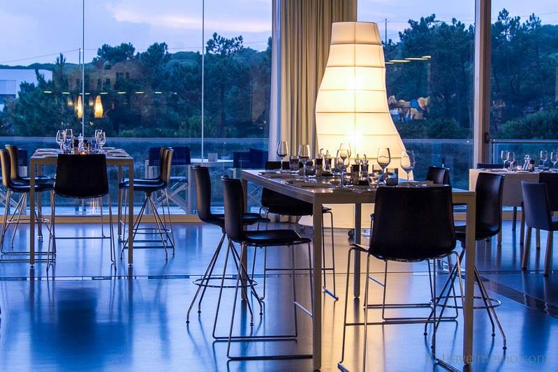 Restauranttisch und Leuchten im Oitavos, Portugal