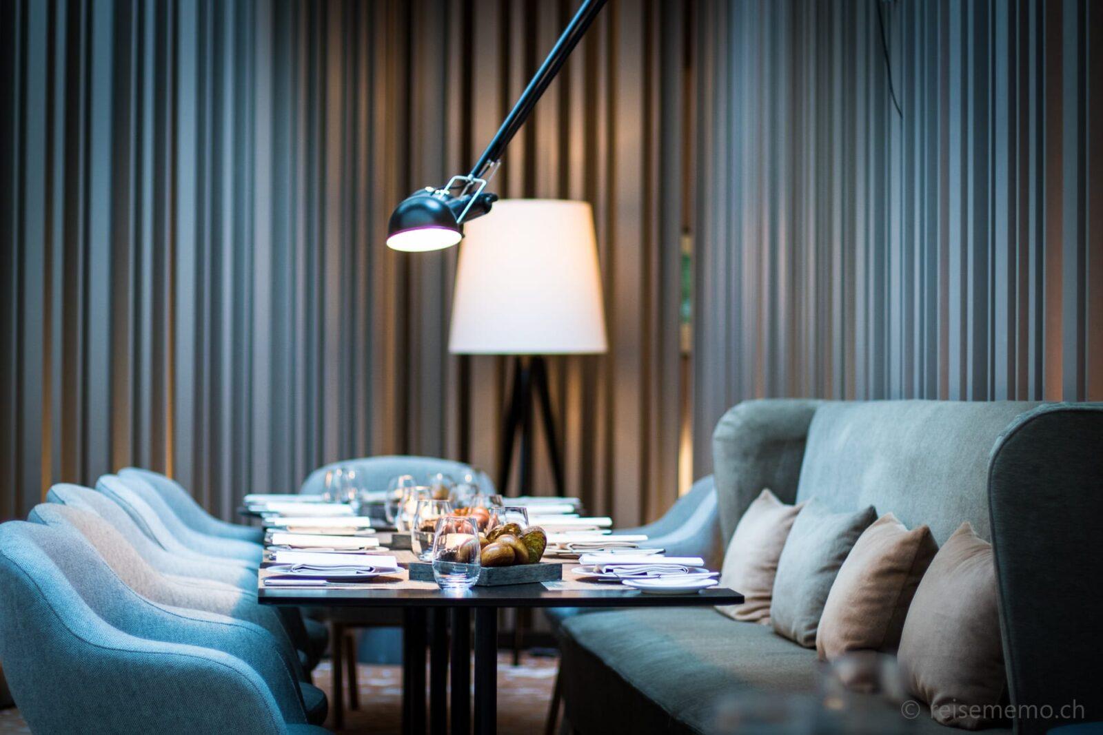 Tische im Restaurant Casual des Hotel Stue in Berlin