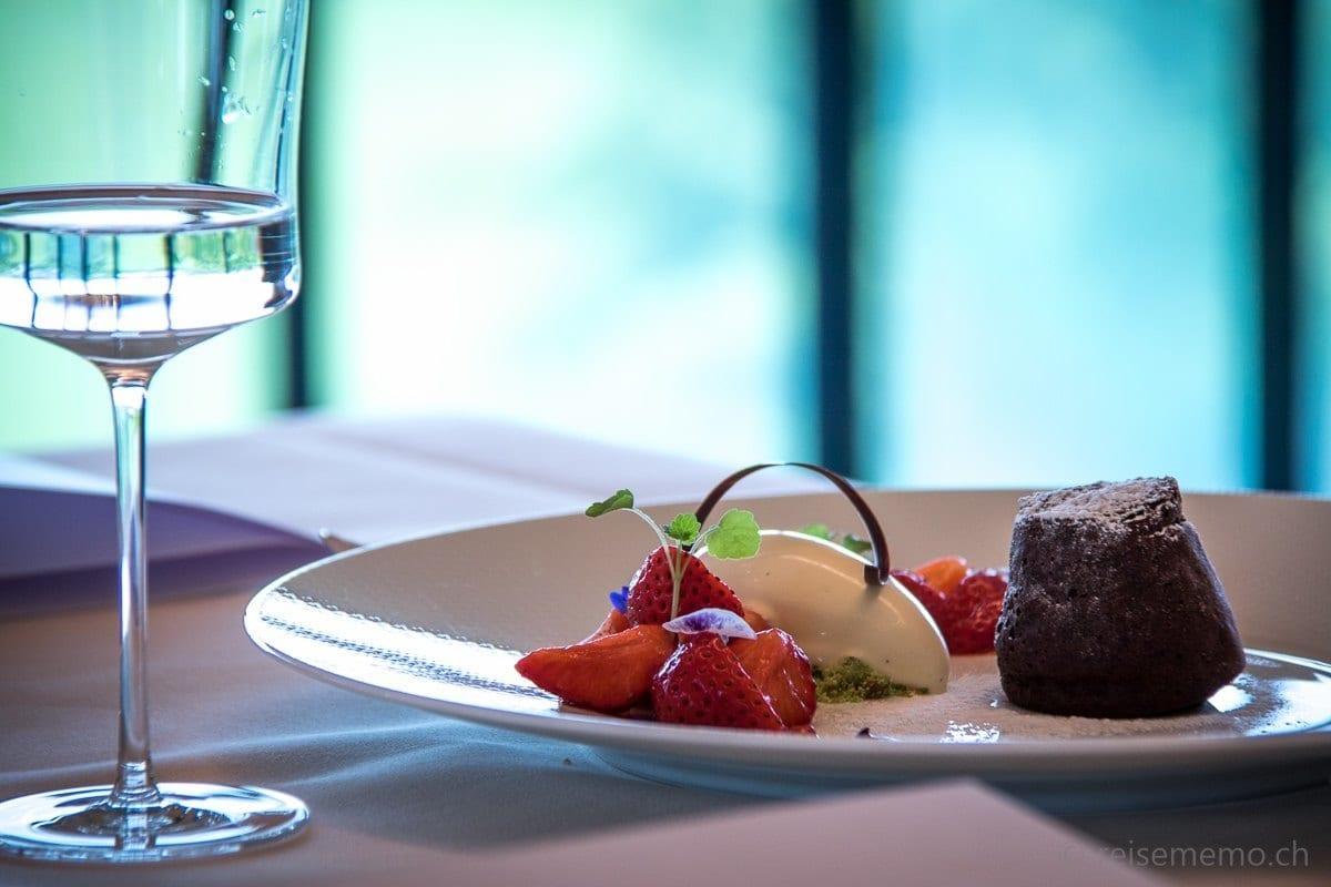 Dessert mit frischen Thurgauer Erdbeeren und Schokoladekuchen