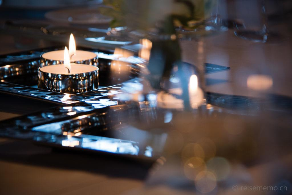 Kerzen und Tischgedeck