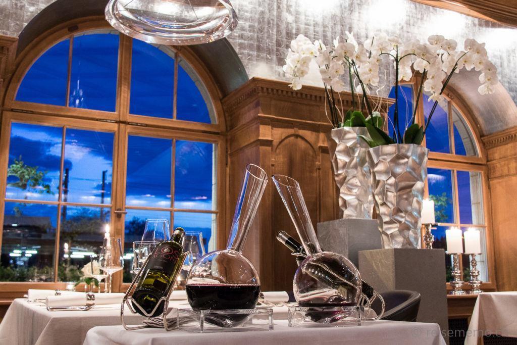 Speisesaal Escale mit Weinkaraffen und blauer Stunde