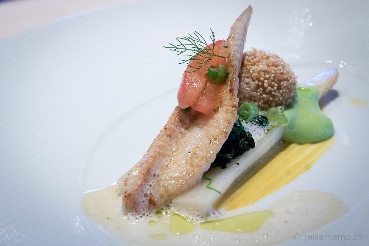 Seezunge und Thunfisch an Spargeln, Wasabihollandaise, Spinat und Tapioka