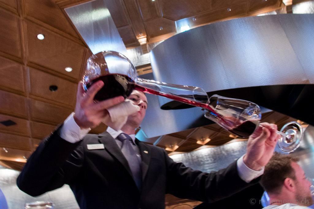 Simon Wyss mit Weinkaraffe