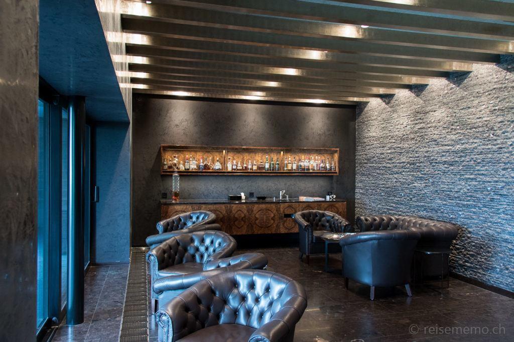Fauteuils und Bar der Esprit Smokers-Lounge