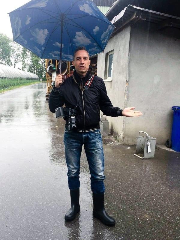 Walter Schärer im Regen des Fahrmaadhofes