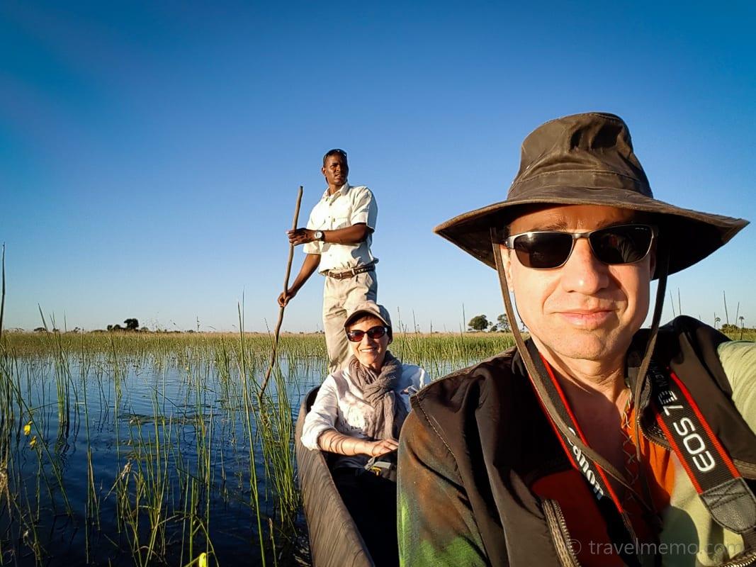 Katja und Walter Schärer im Einbaum im Okavango Delta