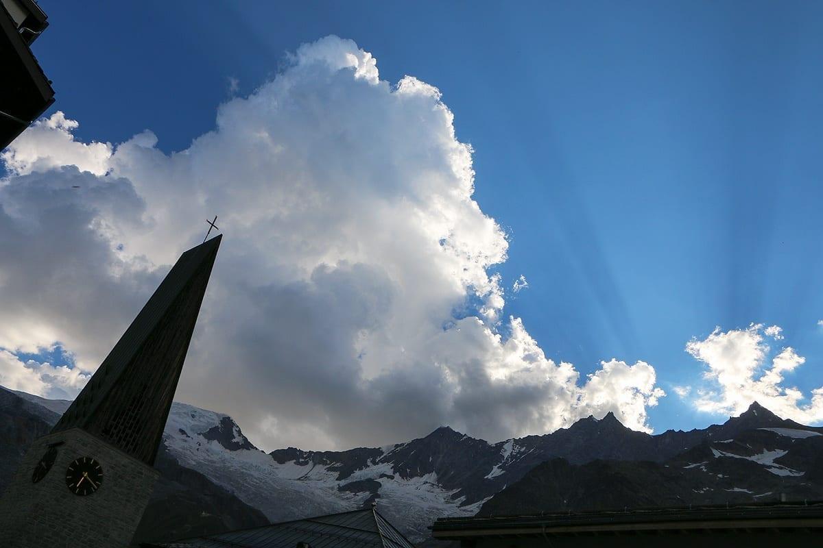 Saas Fee «Freie Ferienrepubli» Blick in ein beeindruckendes Bergmassiv mit sage und schreibe 13 Viertausendern