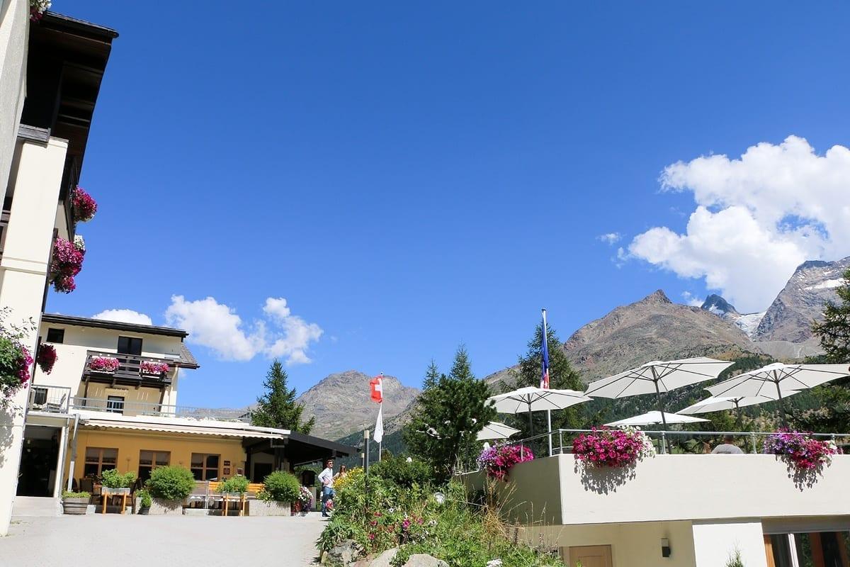 Das Waldhotel Fletschhorn in Saas-Fee bietet kulinarische Erlebnisse und Erholung pur auf 1800m mit wunderschönen Ausblick auf die Schweizer Alpen.