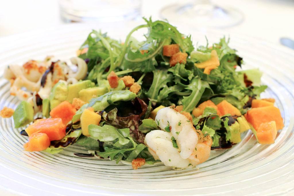 Sommersalat Octopus Carpaccio und sautierte Calamari, Limone, Olivenöl und Knusperknoblauch