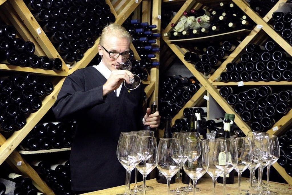 David Gruss im 40'000 Flaschen umfassenden Weinkeller des Waldhotel Fletschhorn Saas Fee