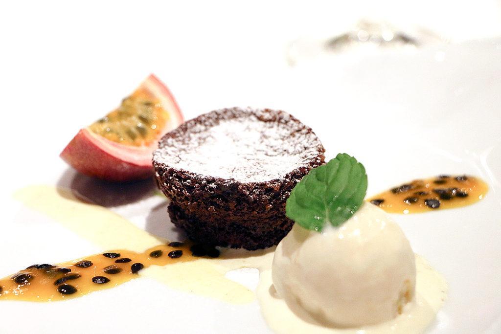 Schoko-Küchlein mit Pfeffer-Sauerrahm-Glace und Passionsfrucht