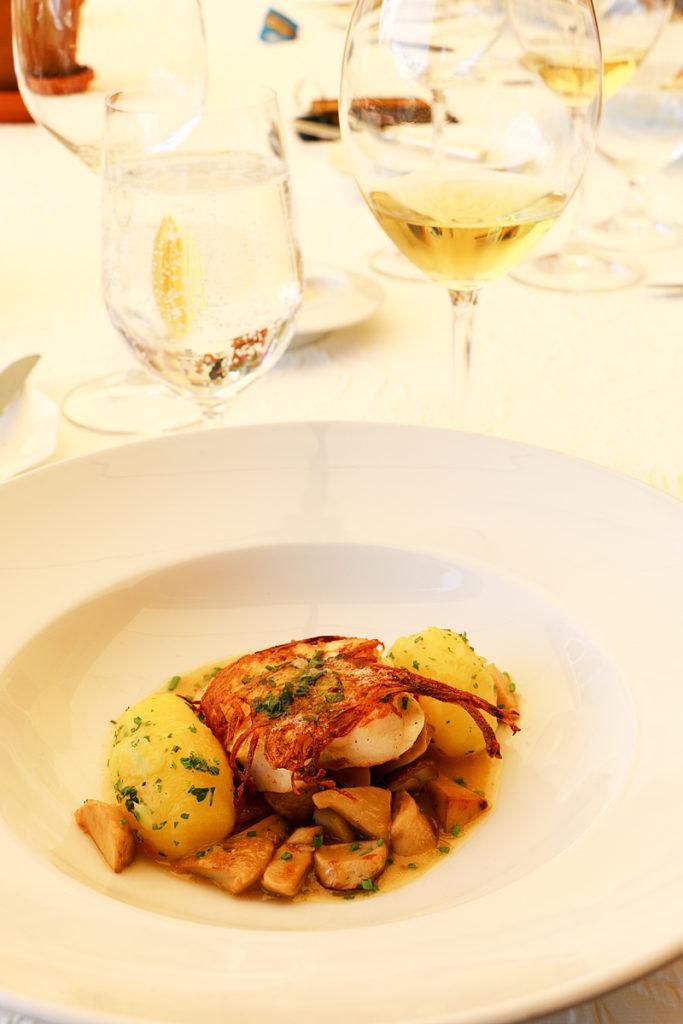 Fisch in Kartoffelkruste mit Salzkartoffeln auf Steinpilzen von Sternekoch Markus Neff