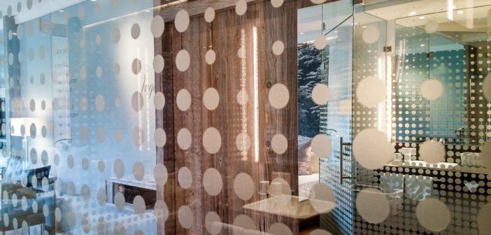 Blick aus dem Bad ins Hotelzimmer