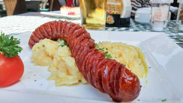 Polnische Wurst an ihrem Kartoffelsalat