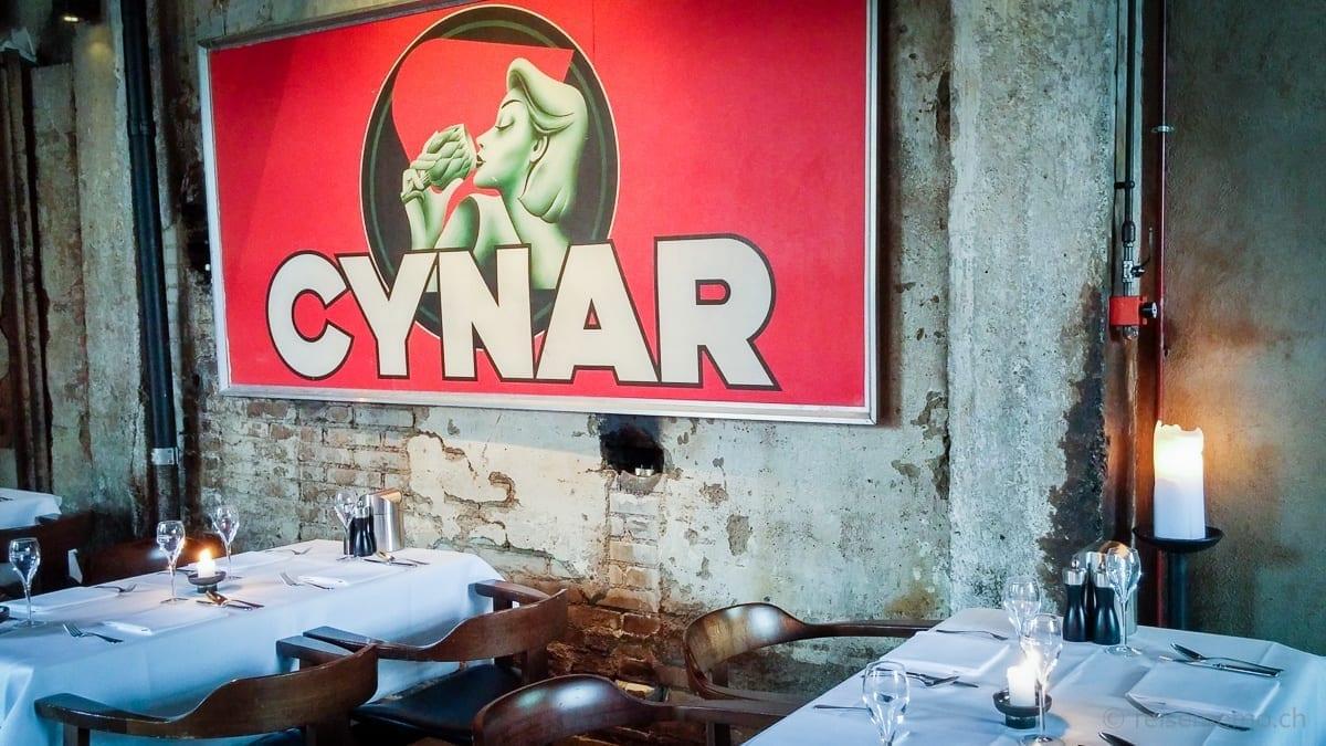Tische und Cynar-Werbung im Restaurant Giesserei Oerlikon