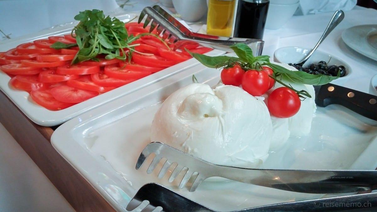 Tomaten und Mozzarella in Form eines Zopfes