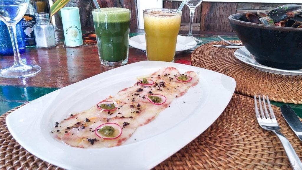 Carpaccio vom Wolfsbarsch mit Frucht- und Gemüsesaft