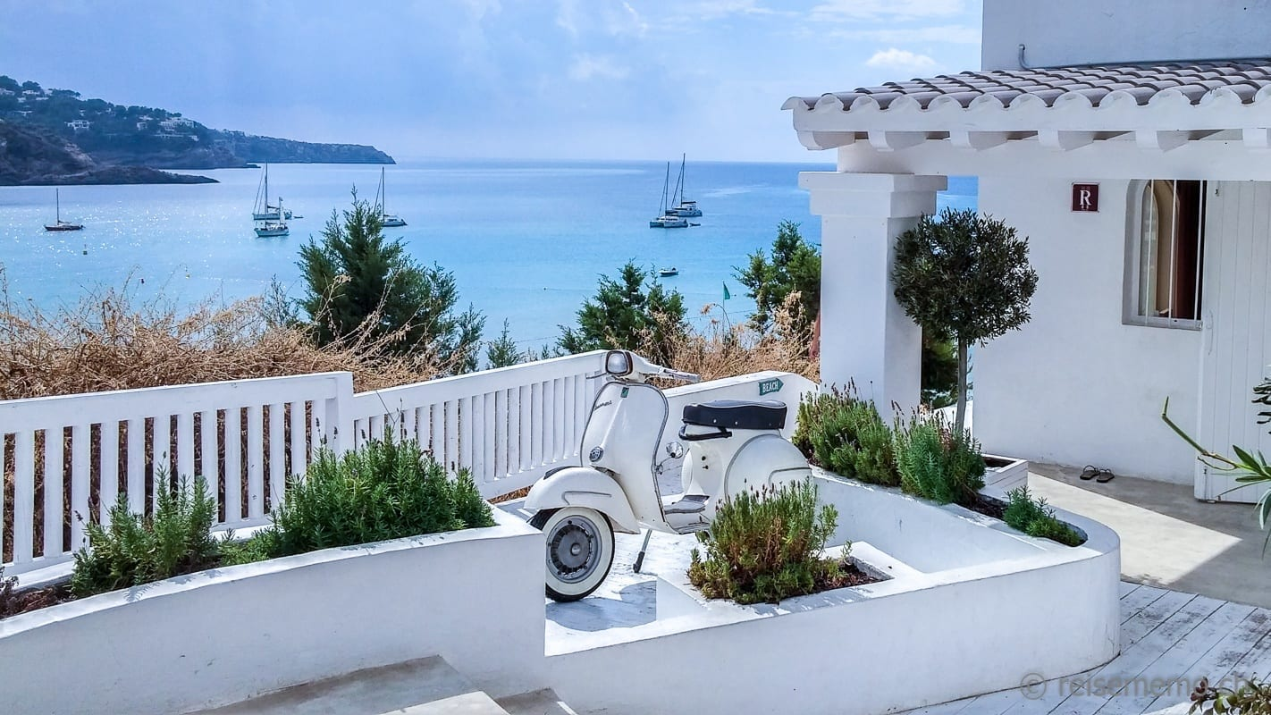 Weisse Vespa vor dem Cotton Beach Club