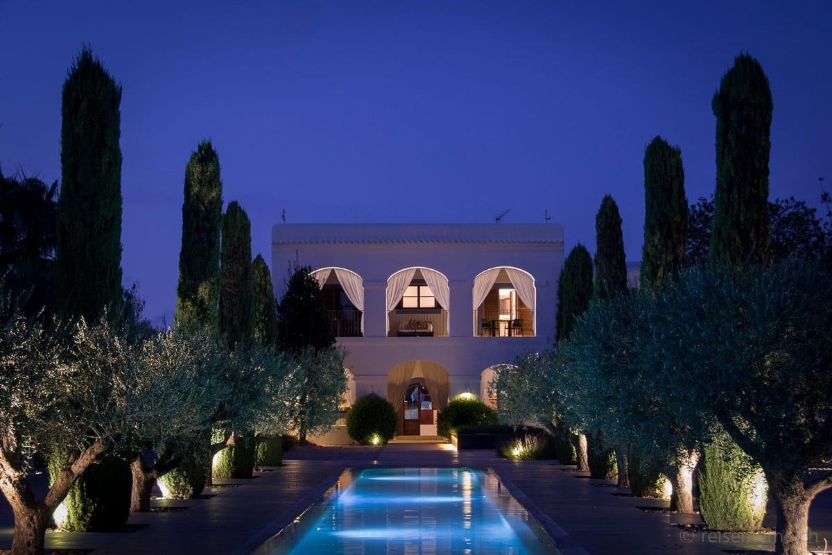 Pool und Hauptgebäude zur blauen Stunde