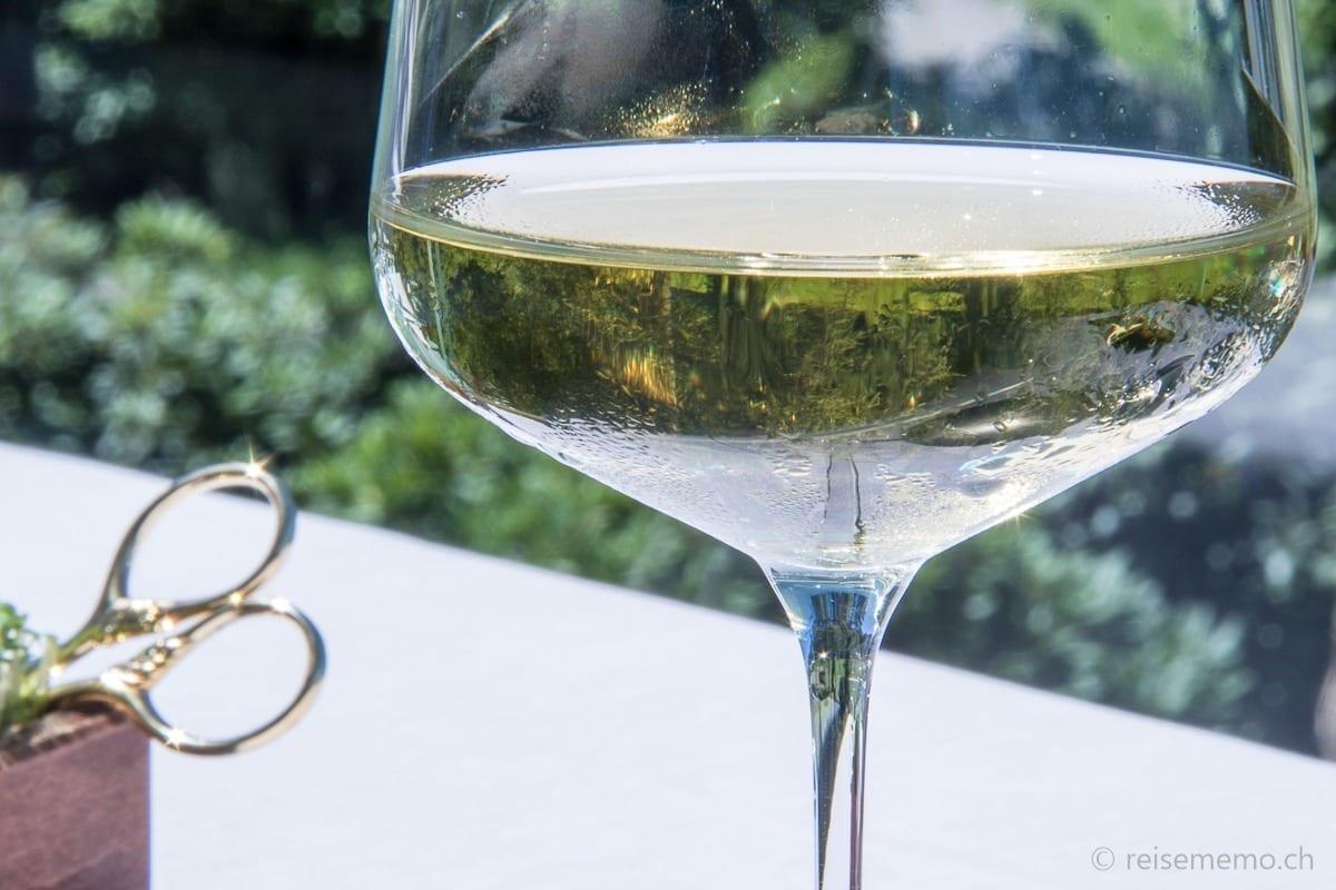 Weisswein und Schere für frische Kresse