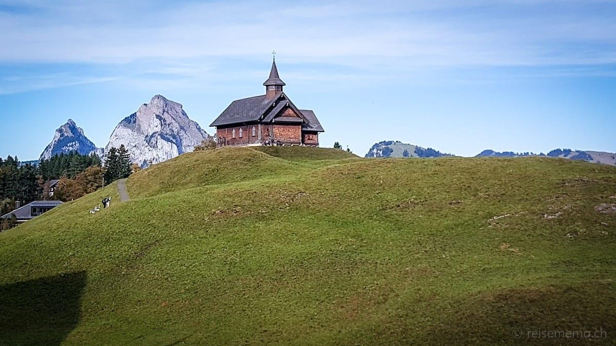 Holzkapelle auf dem Stoos, links kleiner und grosser Mythen