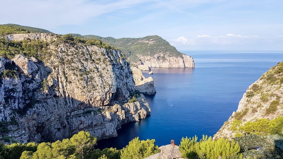 Ausblick aufs Meer und Klippe