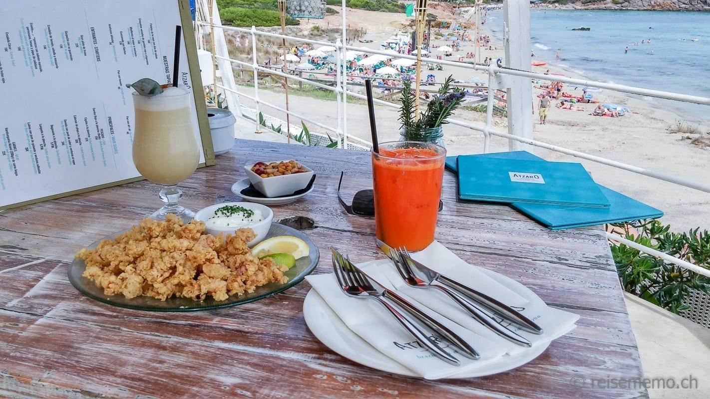 Fritierte Chipirones mit Fruchtsaft im Atzaró Beach Club Ibiza
