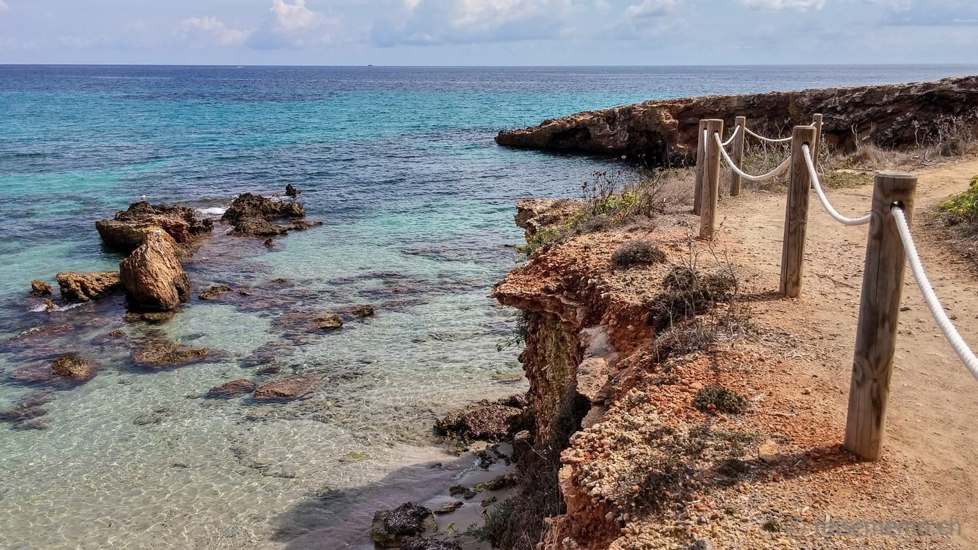 Küstenabschnitt vor dem Atzaro Beach Club in Ibiza