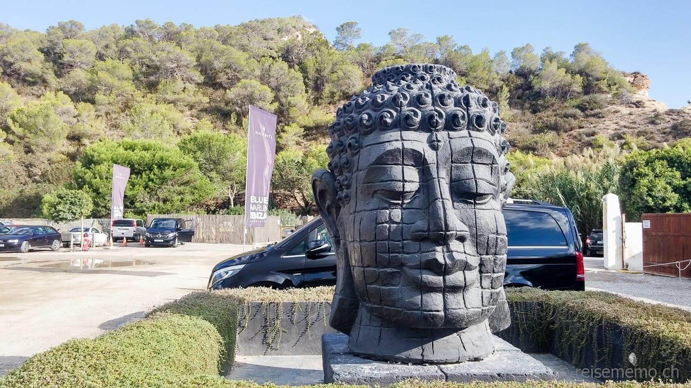 Statue vor dem Blue Marlin Ibiza