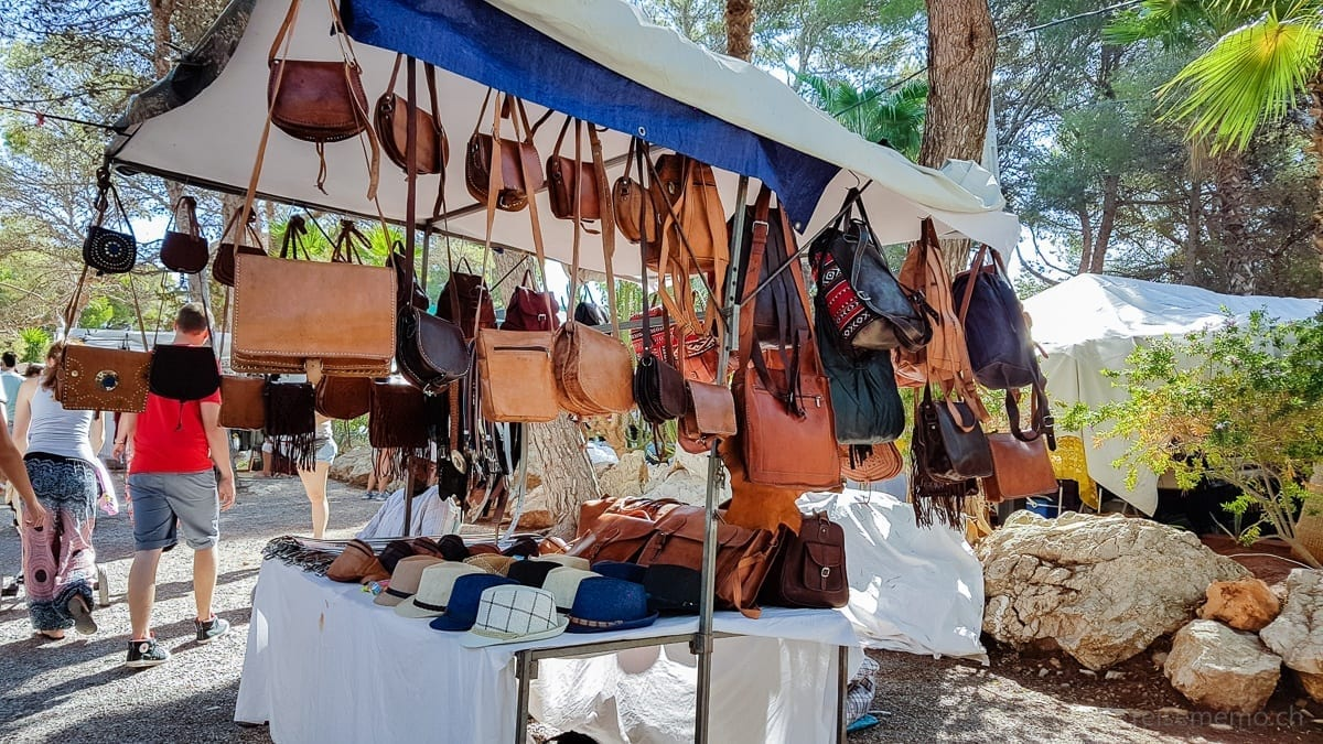 Ledertaschen auf dem Hippiemarkt Punta Arabi
