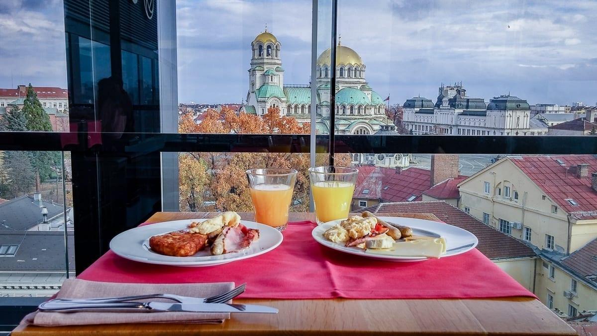 Frühstücksteller mit Aussicht auf die Sankt Alexander Nevski Kathedrale