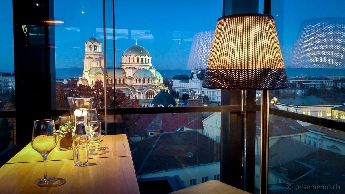 Drinks in der Rooftop-Bar mit Sicht auf die Kathedrale Sankt Alexander Nevski