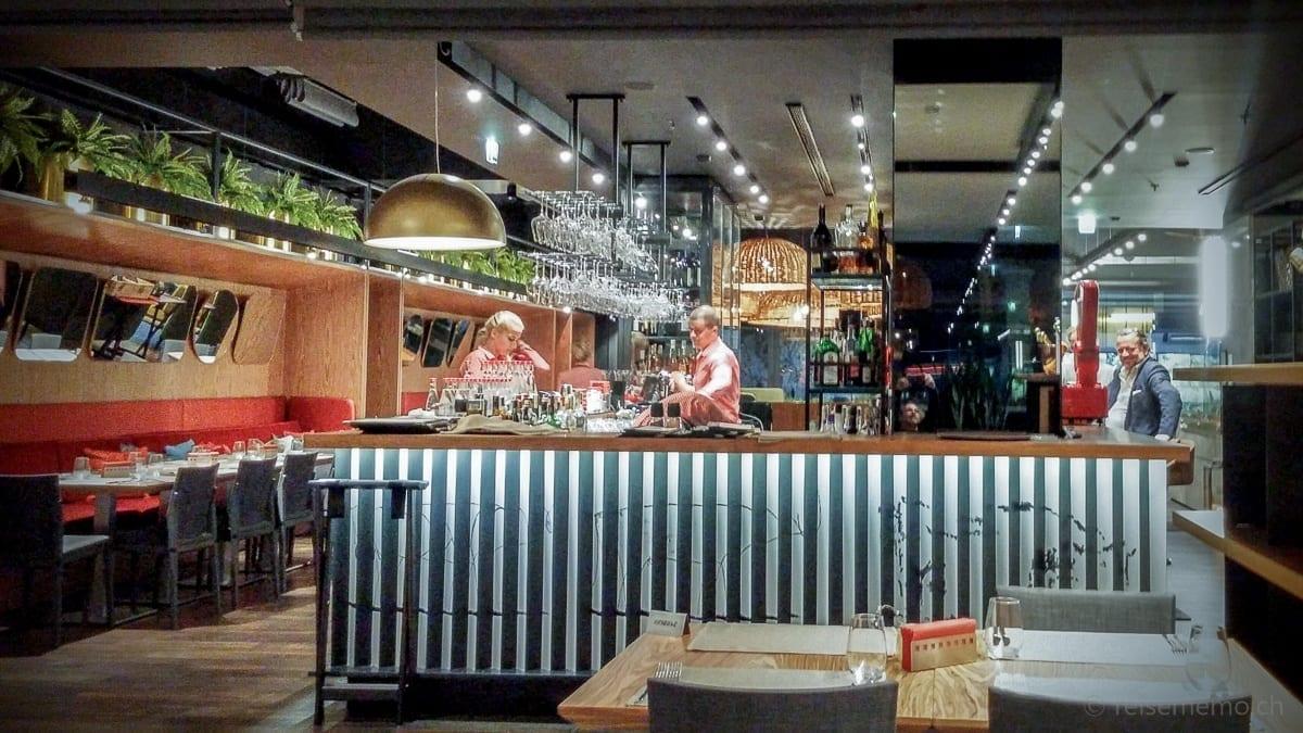 Theke und Tische des Hotelrestaurants des Sense Hotels