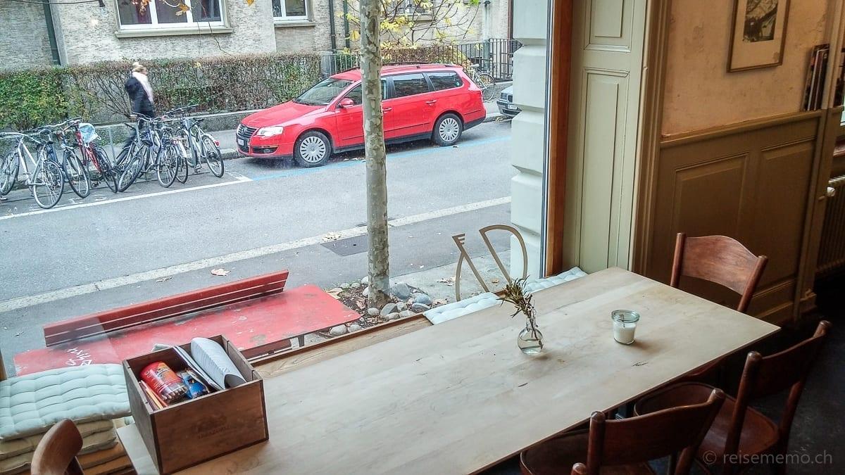 Restauranttisch mit Sicht auf Mörsbergerstrasse