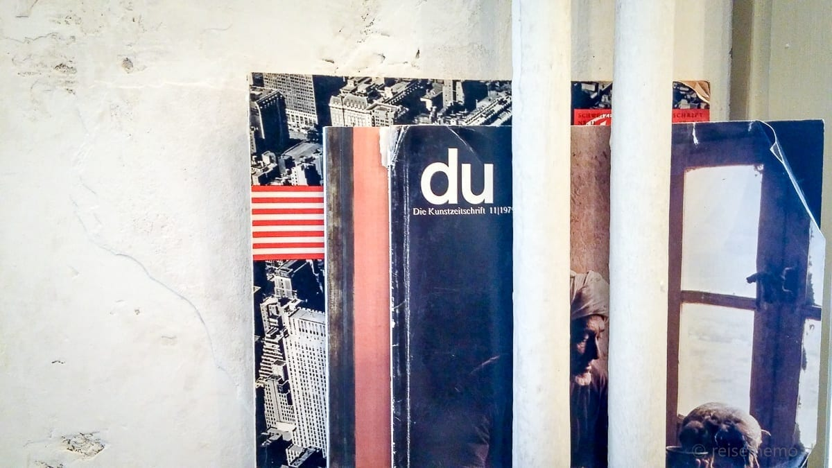 """Zeitschriftenhalterung mit Kunstzeitschrift """"du"""""""