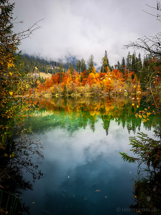 Crestasee Spiegelung in Herbstfarben