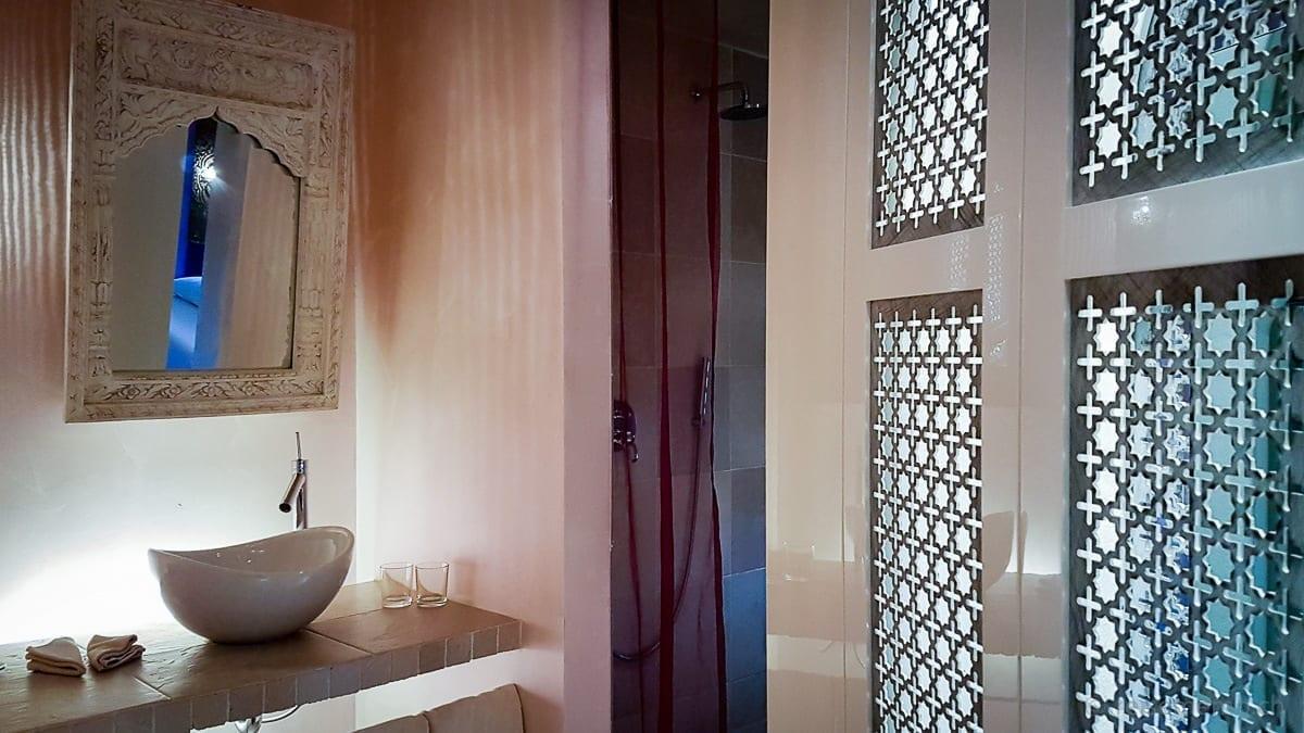 Badezimmer mit orientalischem Sichtschutz
