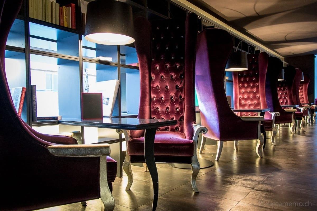 Purpur Bar mit Hochlehn-Sesseln