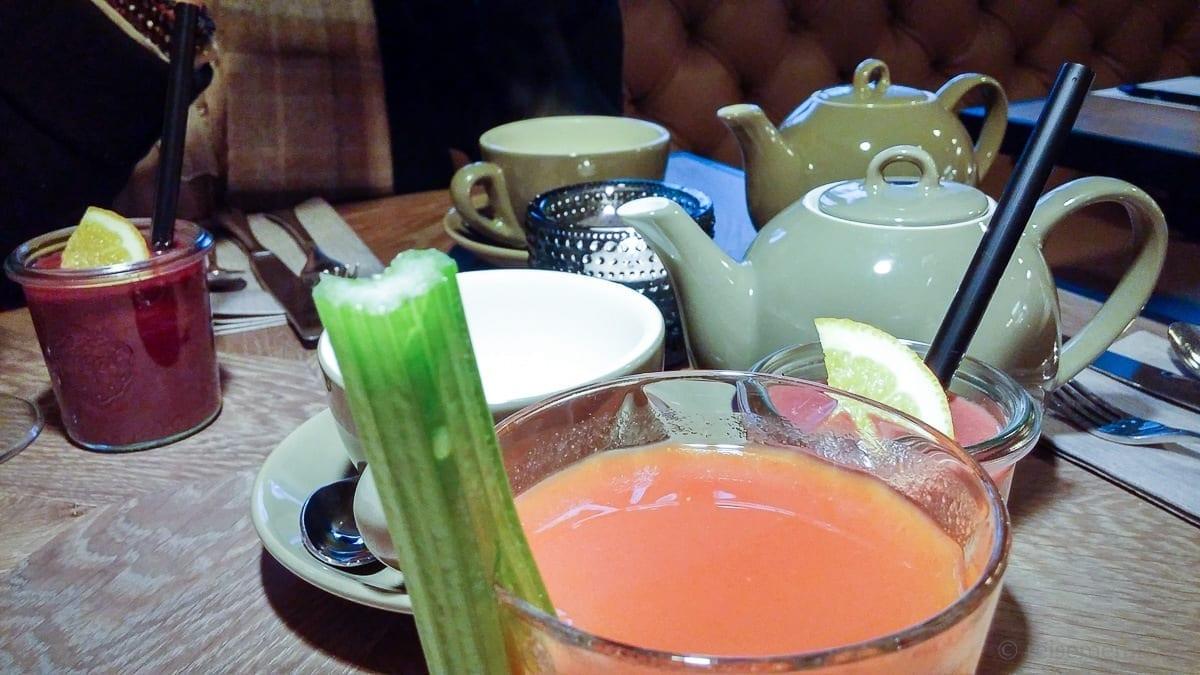 Bloody Mary und Minztee zum Sonntags-Brunch