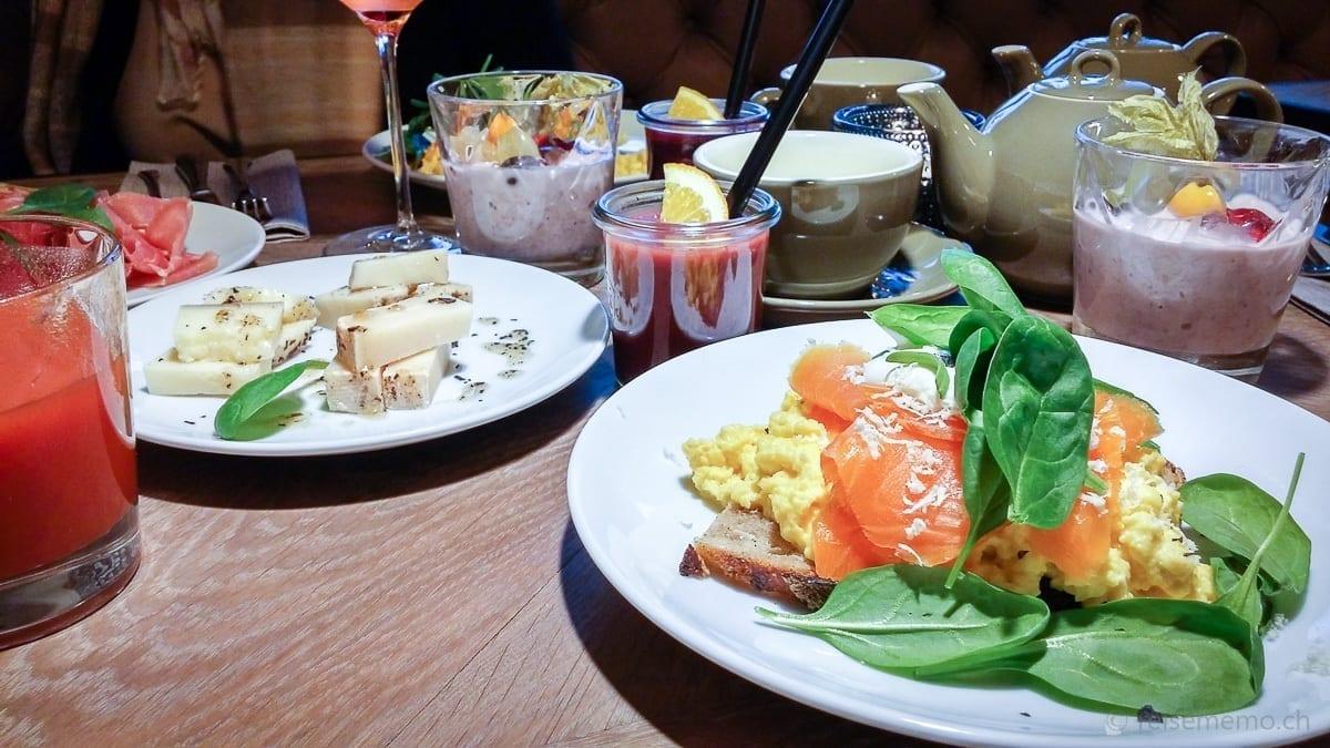 Rührei mit Lachs und Käse an Trüffelöl und Honig, Birchermüesli