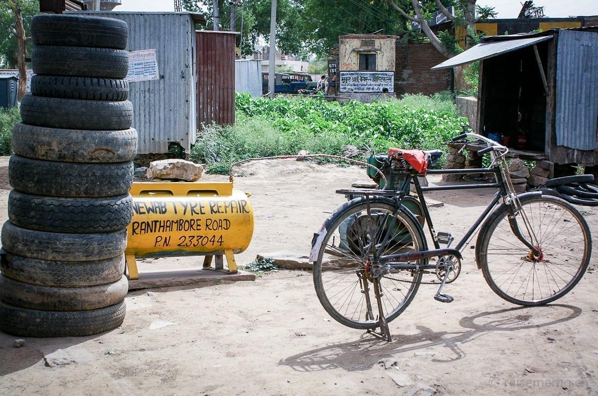 Velo, Reifenstapel und Coiffeur Wellblech-Container in Rajasthan