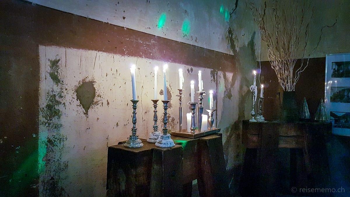 Kerzen auf Holzböcken sorgen für Stimmung