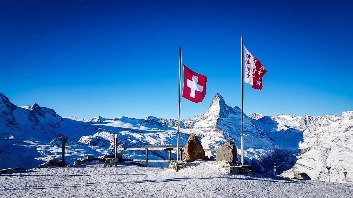 Matterhorn vom Rothorn Fahnen im Vordergrund