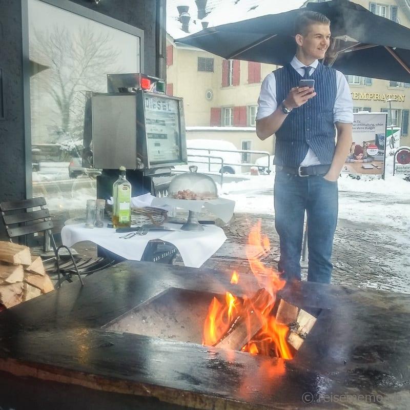 Barista und Grillmeister Scout Dean am Feuer