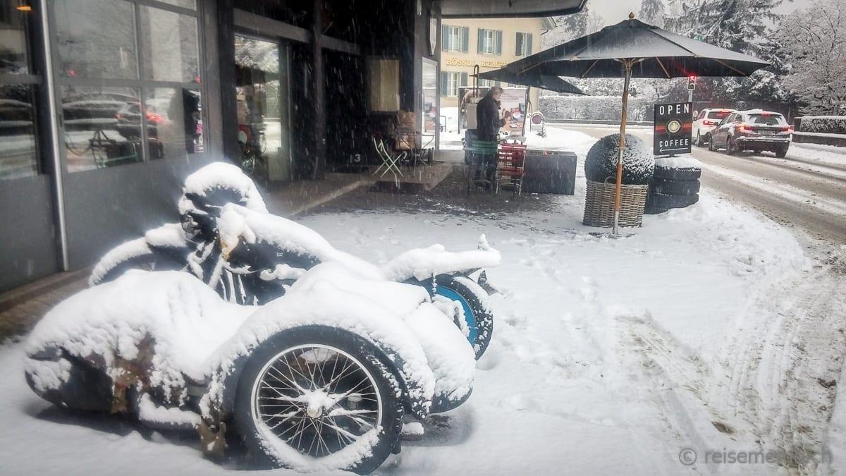 Seitenwagen im Schneegestöber