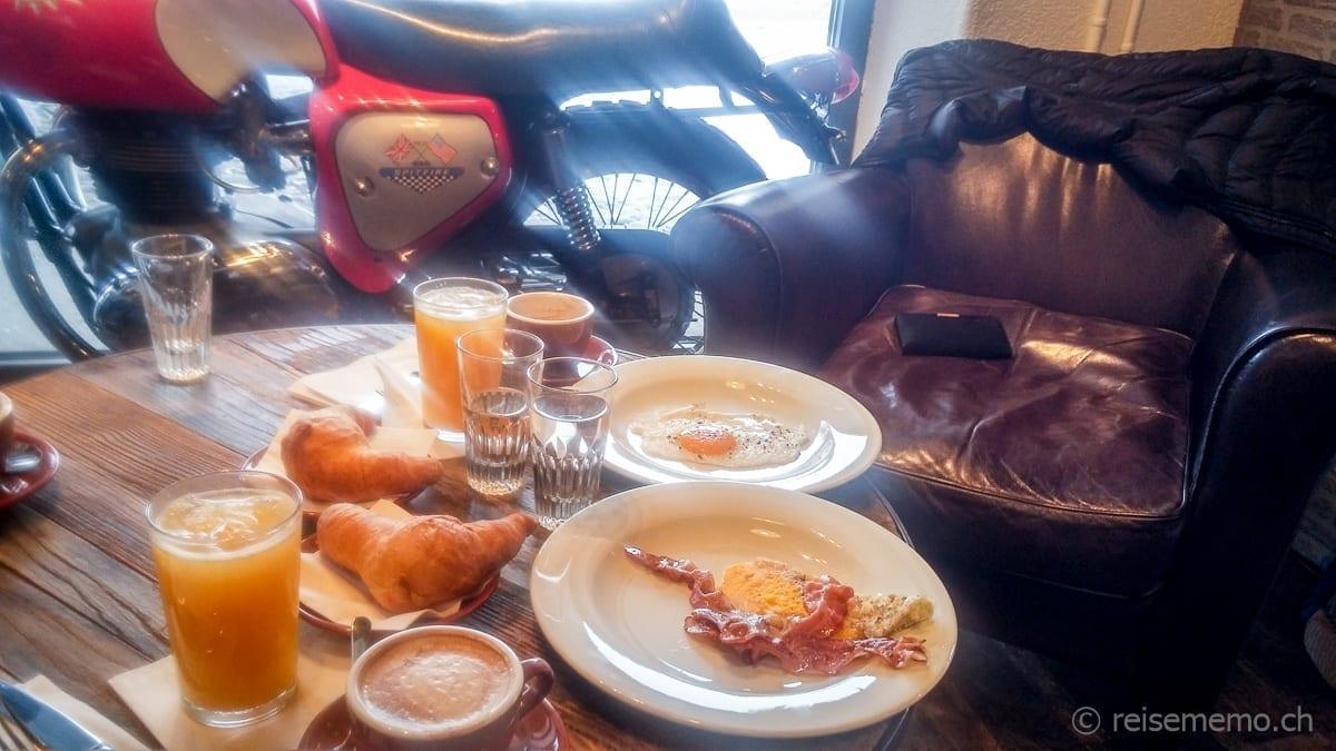 Sonntags-Brunch im Rare Street Coffee mit Spiegelei und Speck