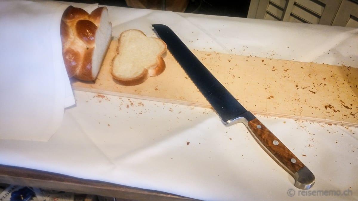 Gewaltiges Brotmesser. Schneidet das Schneidebrett praktisch mit.