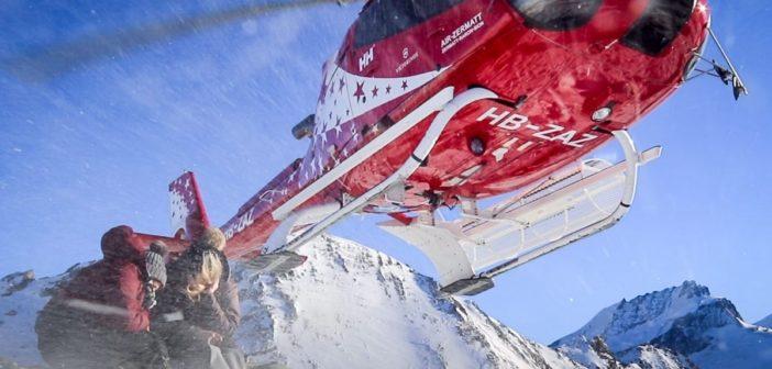 Abflug des Helikopters von Air Zermatt über den Köpfen von Katja Birrer und Nicole Hunziker