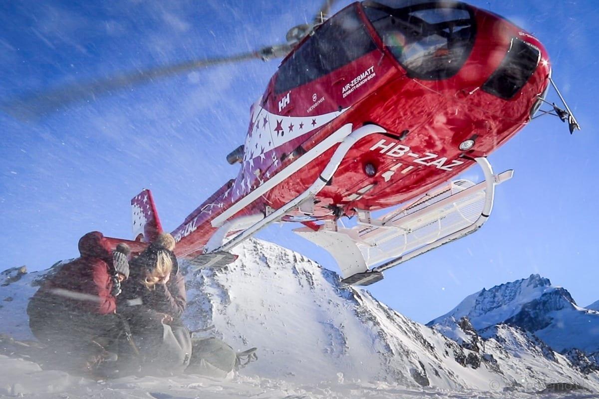 Abflug des Helikopters über den Köpfen von Katja und Nicole Hunziker